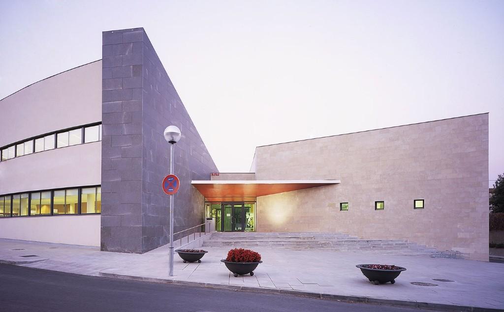 Biblioteca roca del valles for Piscina municipal la roca del valles